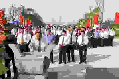 Thường trực Ban Bí thư Lê Hồng Anh dâng hương tưởng nhớ đồng chí Hoàng Quốc Việt
