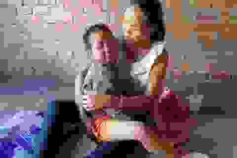 Cha mẹ nghèo, bé 6 tuổi nằm nhà chờ chết