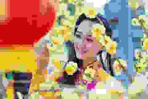 Người đẹp khoe dáng cùng hoa Xuân