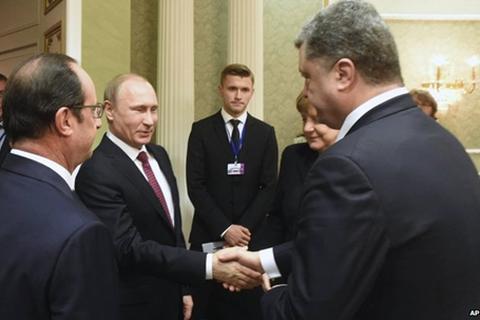 Hội đàm Ukraine: Poroshenko lạnh lùng bắt tay Putin