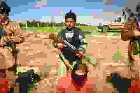 IS tung video chiến binh nhí hành quyết 8 con tin Syria