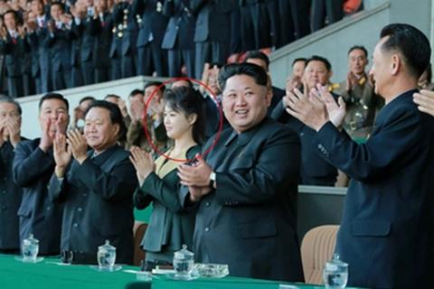 Vợ ông Kim Jong-un tái xuất sau 4 tháng vắng mặt