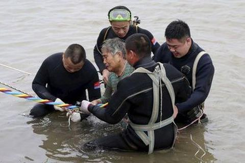 Thủ tướng Trung Quốc đích thân chỉ huy cứu hộ tàu chìm