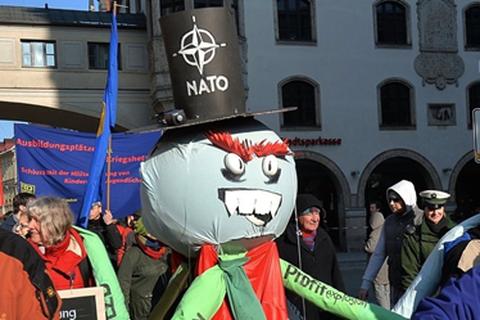 """Ám ảnh """"bóng ma"""" chiến tranh lạnh: NATO kêu gọi tăng cường quân sự hoá"""