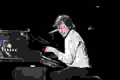 """Hàng ngàn châu chấu """"tấn công"""" Paul McCartney trong buổi biểu diễn"""