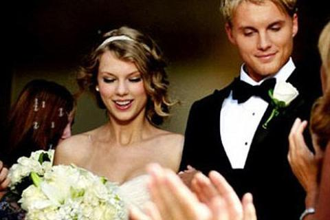 Xem hôn lễ đình đám của các ngôi sao trong... MV