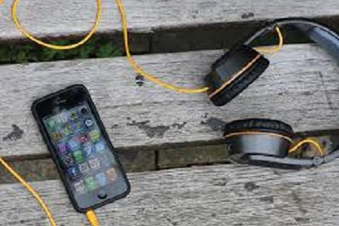 Tai nghe sạc điện thoại và máy tính bảng bằng năng lượng mặt trời