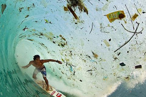 Hình ảnh ô nhiễm của bãi biển nổi tiếng thế giới ở Indonesia
