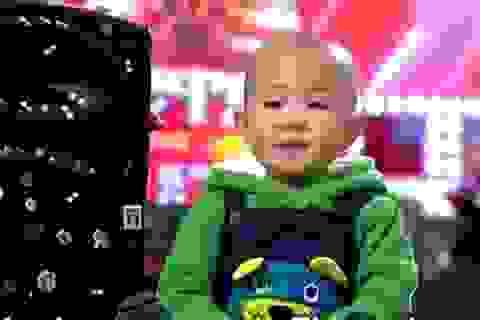 """Cậu bé 3 tuổi tiếp tục """"gây bão"""" trên truyền hình"""