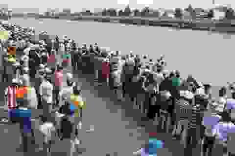 Hàng ngàn người đổ về xem đua ghe Ngo
