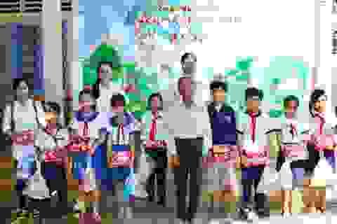 Trao nhiều phần quà đến học sinh nghèo vùng sâu