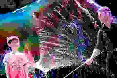 Fan Yang mê hoặc trẻ em bằng giấc mơ bong bóng