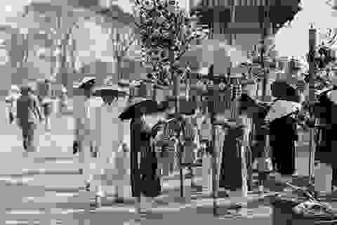 """Thế giới lưu giữ ảnh """"độc"""" về phụ nữ Việt với áo dài, nón lá"""