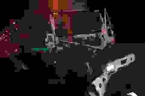 Xe đầu kéo gặp tai nạn nát bét đầu, tài xế dính chặt trong cabin