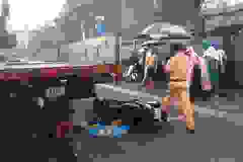 Cha chở 2 con trong mưa, bé gái rơi xuống đường, bị xe tải cán tử vong