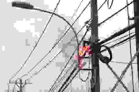 Trụ đầy dây điện, cáp viễn thông phát hoả dữ dội
