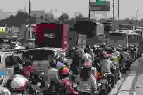"""2 xe container """"giữ nguyên hiện trường"""" sau va chạm, Xa lộ Hà Nội ùn ứ nhiều giờ"""
