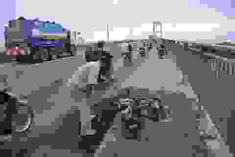 Xe tay ga cháy trơ khung trên cầu Phú Mỹ