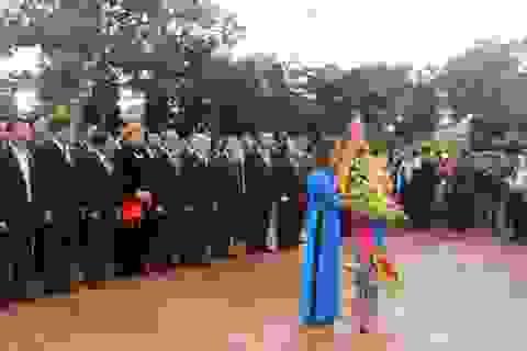 Đoàn lãnh đạo Trung ương dâng hương tại Khu lưu niệm Nguyễn Du