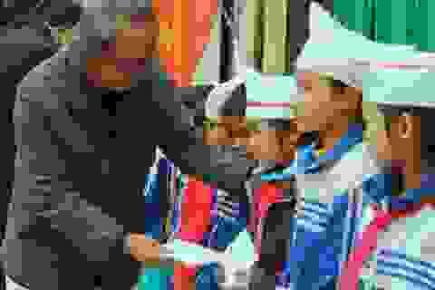 Nhà báo Phan Huy trao 20 suất quà đến học sinh nghèo vượt khó học giỏi