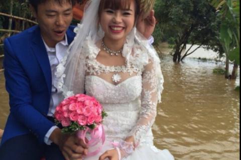 Chú rể chèo thuyền vượt lũ rước cô dâu