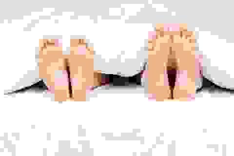 Thức dậy nửa đêm tá hỏa phát hiện người lạ khỏa thân nằm bên cạnh