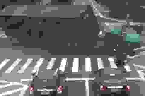 Suýt chết vì bị xe container đổ vào người
