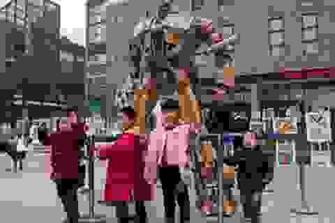 Cha tự chế người máy Transformer cho con từ giấy các-tông