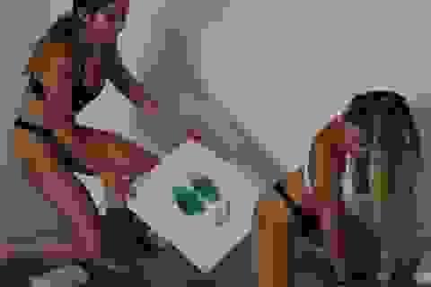 Chị em song sinh kiếm 8.000USD nhờ những bức tranh... vẽ bằng mông