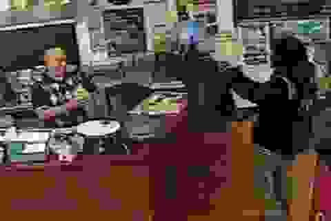 Chủ nhà hàng vẫn bình thản phục vụ khách khi bị tên cướp chĩa súng vào người