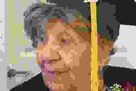 Cụ bà nhận bằng tốt nghiệp phổ thông ở... tuổi 100