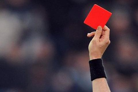 """Bị phạt thẻ đỏ, cầu thủ """"nổi điên"""" dùng đầu húc chết trọng tài"""