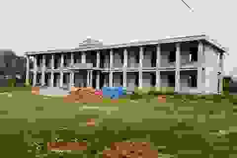 Trường xây nhiều năm chưa xong, ban giám hiệu phải làm việc trong... chợ
