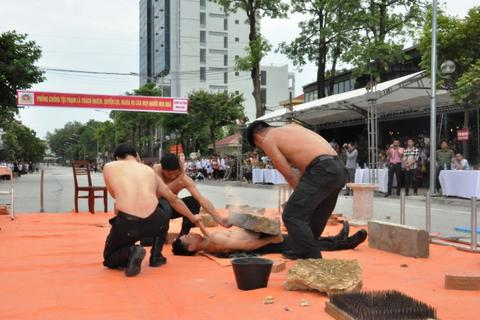 Cảnh sát đặc nhiệm nằm trên bàn chông, công phá đá