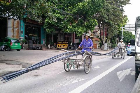 Xe thô sơ chở hàng cồng kềnh nghênh ngang trên đường