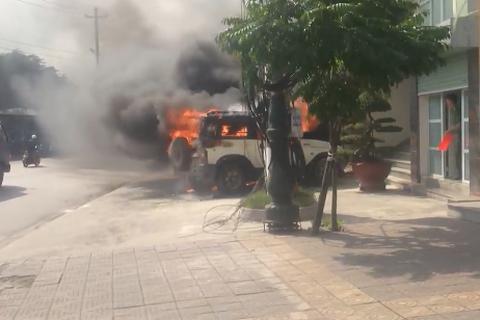 Vụ ô tô cháy trước trụ sở công an: Do tài xế hút thuốc trên xe?