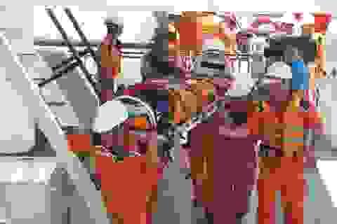 Ứng cứu kịp thời 1 ngư dân gặp nạn ngoài Hoàng Sa