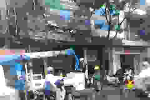 Biển quảng cáo cháy dữ dội trong cơn mưa lớn