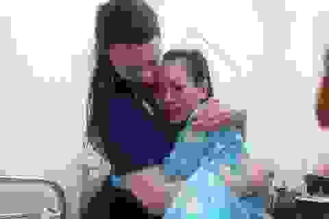 Người mẹ Việt sinh con trên máy bay rơi nước mắt gặp nữ bác sĩ Anh