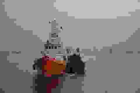 Vượt sóng cấp 7 đi cứu ngư dân bị đa chấn thương