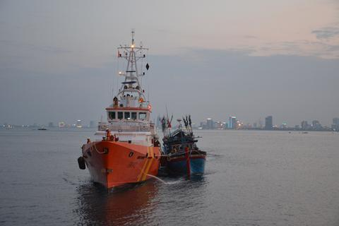 Tàu cá hỏng máy, thả trôi trên biển