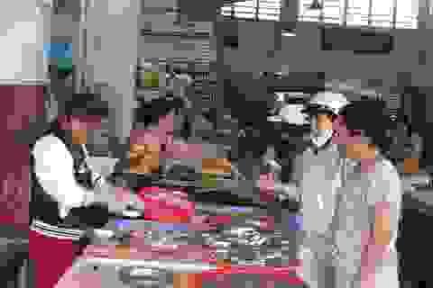 Đà Nẵng: Người dân háo hức đi mua cá sạch từ sáng sớm