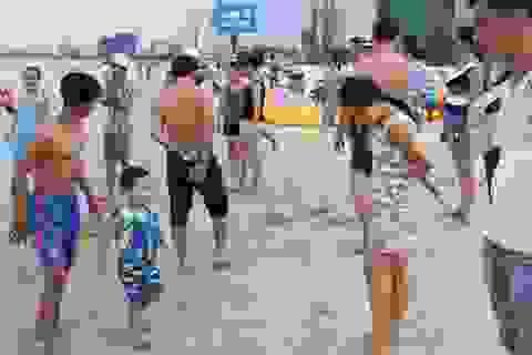 """Sứa """"đổ bộ"""" bãi biển, du khách giật thon thót khi xuống nước"""