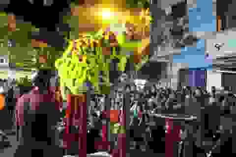 Hàng ngàn người đổ ra đường xem múa lân