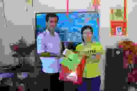 Nữ Việt kiều vui mừng nhận lại tài sản bỏ quên trên taxi