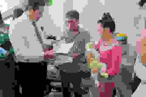 Chủ tịch Đà Nẵng trao giấy khai sinh tận nhà cho trẻ mới chào đời