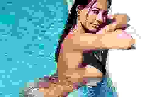 Nữ MC gây sốc với hình ảnh khỏa thân ở hồ bơi