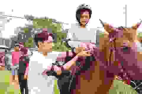 """Isaac ân cần dạy cưỡi ngựa cho """"người tình tin đồn"""" của Cường Đôla"""