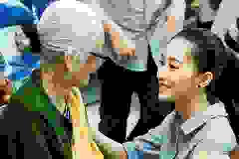 Đặng Thu Thảo gây xúc động khi ân cần chăm sóc các bệnh nhân mổ mắt