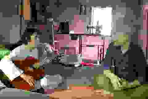 """Nhạc sĩ Huy Tuấn thăm nhà cô Thúy """"bình tĩnh sống"""""""